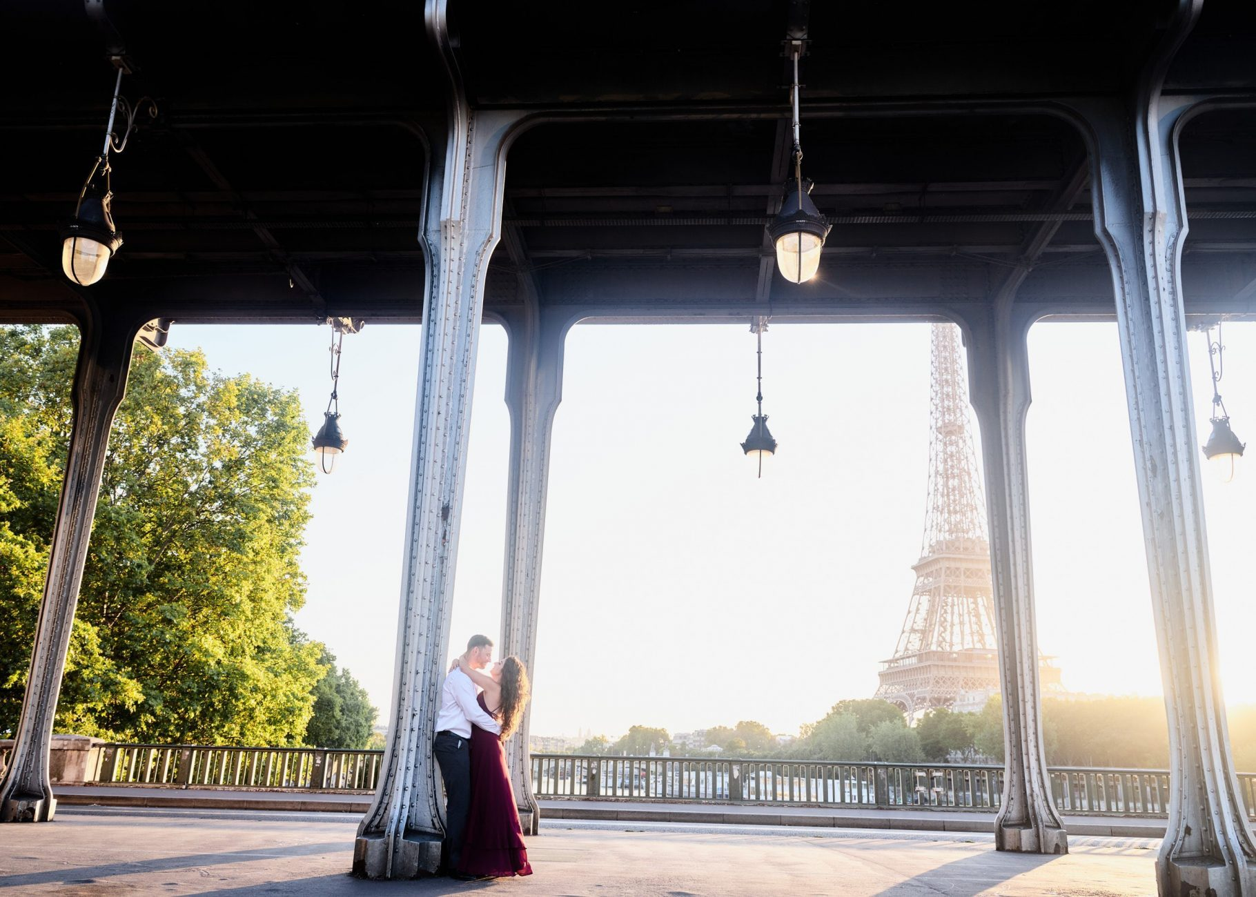 stunning engagement session at the bir hakeim bridge in paris