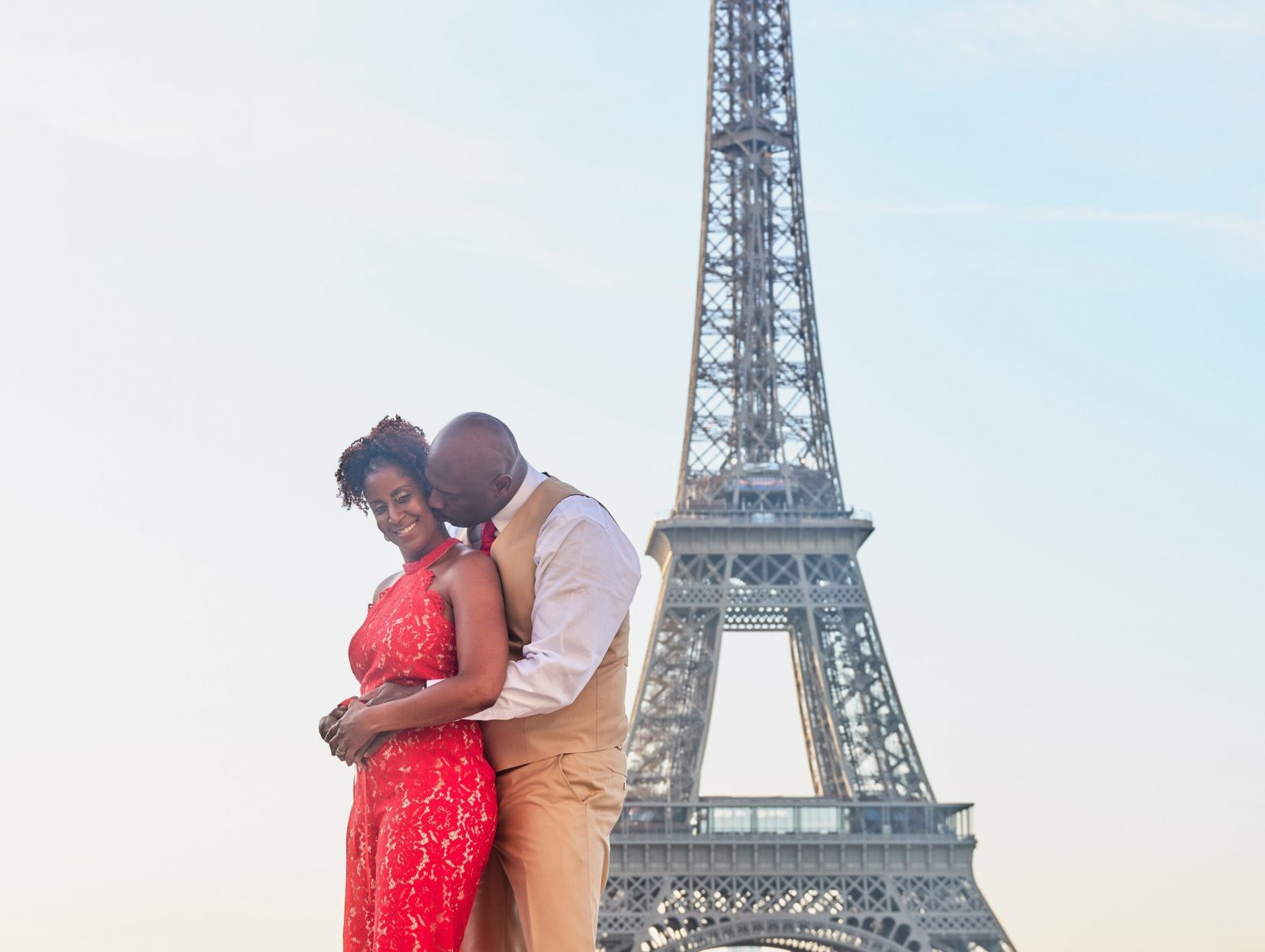 paris couples anniversary photo session at the eiffel tower with picture me paris