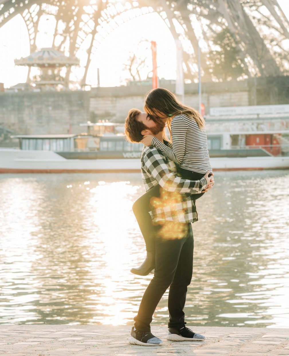 romantic couples photo session at the eiffel tower