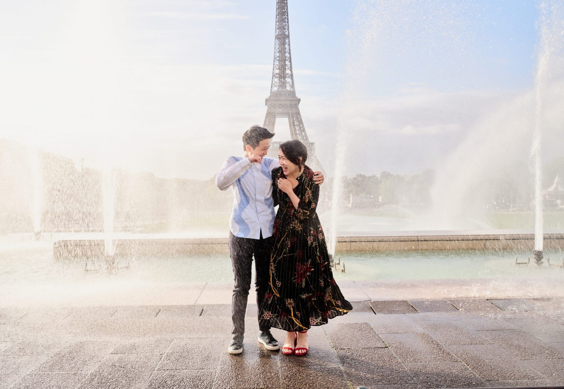 couple get caught in the fountain in paris eiffel tower